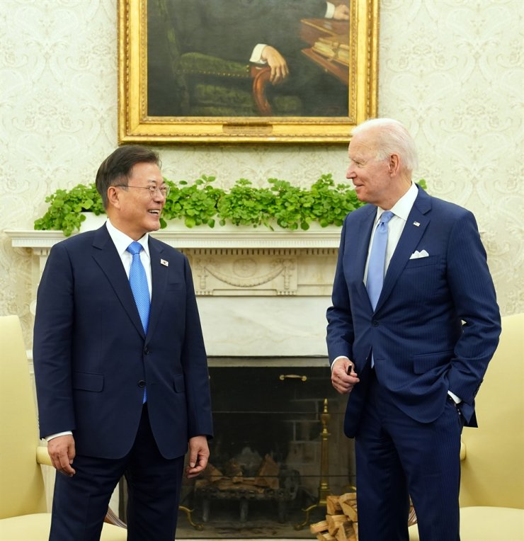 President Moon Jae-in smiles with U.S. President Joe Biden ahead of their summit at the White House in Washington, Friday. Yonhap