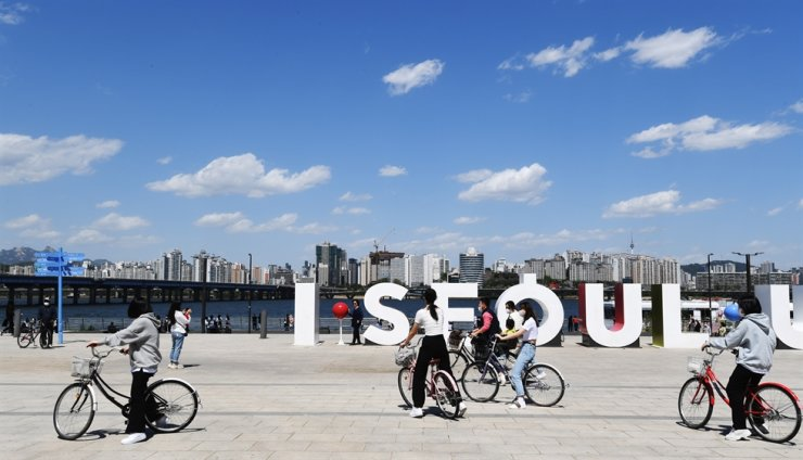 Citizens ride bicycles under a clear blue sky in the Han River Park on Yeouido, Seoul, Sunday, following the end of a yellow dust storm, which originated in the Gobi Desert in northern China and Mongolia, that had blanketed most of Korea including the metropolitan area from Friday. Korea Times photo by Bae Woo-han