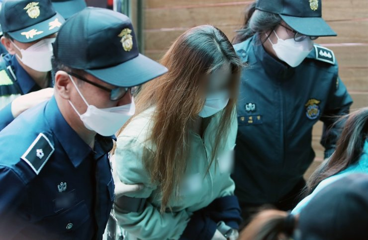 A suspect behind a 3-year-old girl abandoned in an empty house to death in Gumi, North Gyeongsang Province, in February, surnamed Seok, enters the branch of the Daegu District Court in Gimcheon in the province for her first trial on April 22. Yonhap