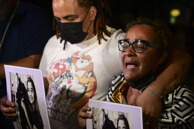 Keila Ortiz, the mother of Keishla Rodriguez, cries out for justice after boxer Felix Verdejo was arrested in connection with the death of her 27-year-old pregnant daughter whose body was found in a lagoon, outside FBI headquarters in San Juan, Puerto Rico, May 2. AP-Yonhap