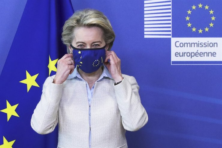 European Commission President Ursula von der Leyen removes her mask while meeting with Jordan's King Abdullah II ibn Al Hussein (not pictured) in Brussels, Belgium, May 5, 2021. EPA-Yonhap