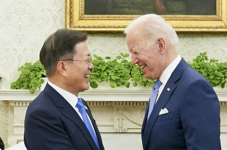 President Moon Jae-in, left, talks with U.S. President Joe Biden, both without a facial mask at the White House, May 21. Yonhap