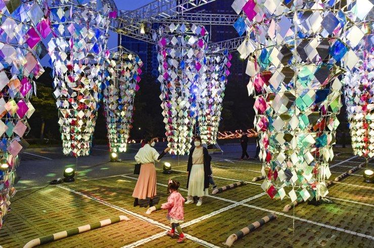 Visitors enjoy a collaboration of hanji and light at