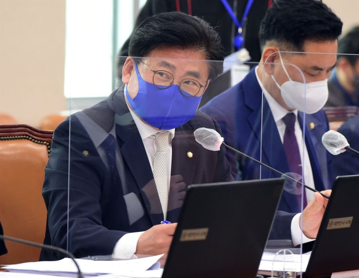 Rep. So Byung-hoon of the ruling Democratic Party of Korea (DPK) speaks during a hearing session at the National Assembly in Seoul, May 4. Korea Times file