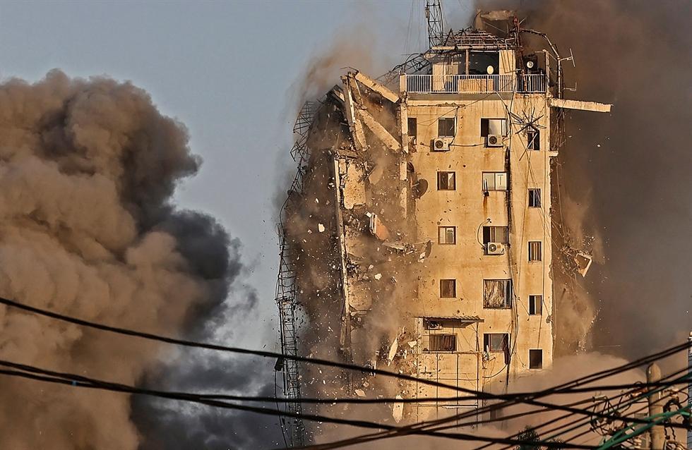 An Israeli artillery unit fires toward targets in Gaza Strip, at the Israeli Gaza border, Wednesday, May 12. AP-Yonhap