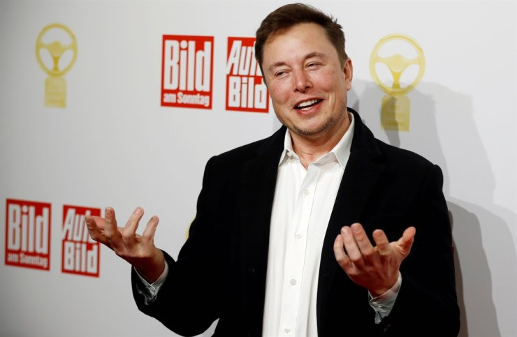 In this Nov. 12, 2019, file photo, SpaceX owner and Tesla CEO Elon Musk arrives on the red carpet for the automobile awards 'Das Goldene Lenkrad' given by a German newspaper in Berlin. Electric car maker Tesla will stop accepting bitcoin as a payment, CEO Elon Musk tweeted on Wednesday, citing environmental concerns. Reuters-Yonhap