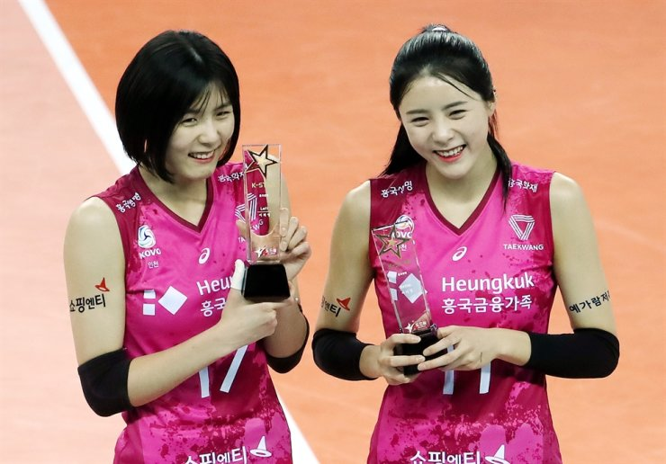 Volleyball players Lee Jae-yeong, left, and Lee Da-yeong of Heungkuk Life Insurance Pink Spiders pose after winning the All-Star fan vote at Gyeyang Gymnasium, Incheon, in this Jan. 26 photo. Yonhap