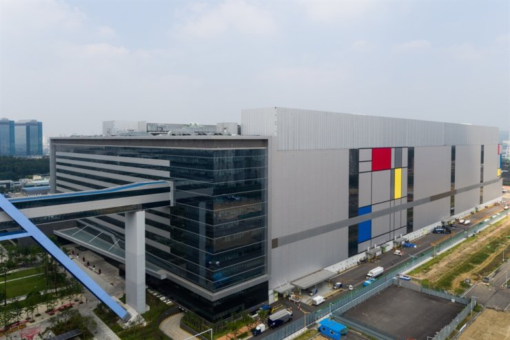The building that includes Samsung Electronics' foundry chip-making lines in Hwaseong, Gyeonggi Province, is seen in this photo, Wednesday. Courtesy of Samsung Electronics