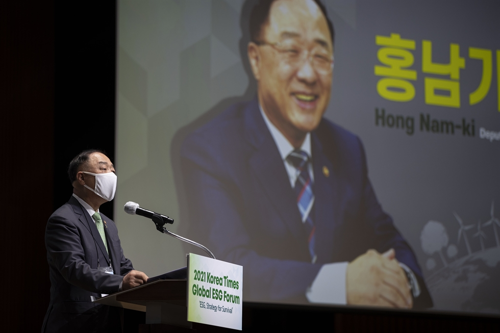 Deputy Prime Minister and Finance Minister Hong Nam-ki delivers an opening speech during the 2021 Korea Times Global ESG Forum at the Korea Chamber of Commerce and Industry building in Seoul, Thursday. Korea Times photo by Choi Won-suk