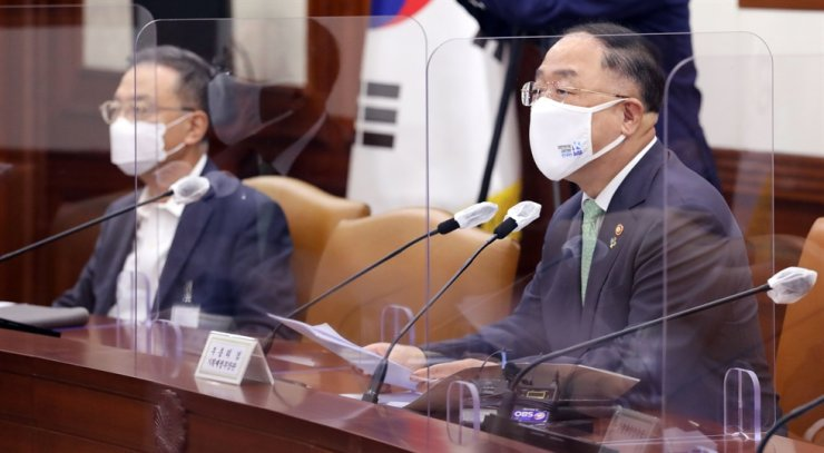 Finance Minister Hong Nam-ki speaks at a government meeting on new industries held at Seoul Government Complex in Seoul, June 10. Yonhap