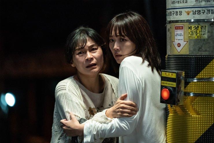 Actors Jin Ki-joo, right, and Kil Hae-yeon, in a scene from
