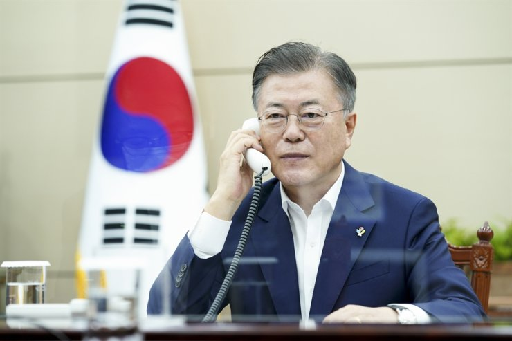 President Moon Jae-in holds phone talks with British Prime Minister Boris Johnson at Cheong Wa Dae in Seoul, Thursday. Courtesy of Cheong Wa Dae