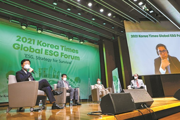 KCCI Executive Vice Chairman Woo Tae-hee, left, speaks during a 2021 Korea Times Global ESG Forum discussion session at the KCCI building in Seoul, Thursday. From left are Woo, session moderator and AMCHAM Korea Chairman James Kim, P&G Korea CEO Balaka Niyazee and IKEA Korea CEO Fredrik Johansson. The screen shows BlackRock Investment Stewardship Team Director Won Shin-bo, who joined the meeting virtually. Korea Times photo by Shim Hyun-chul