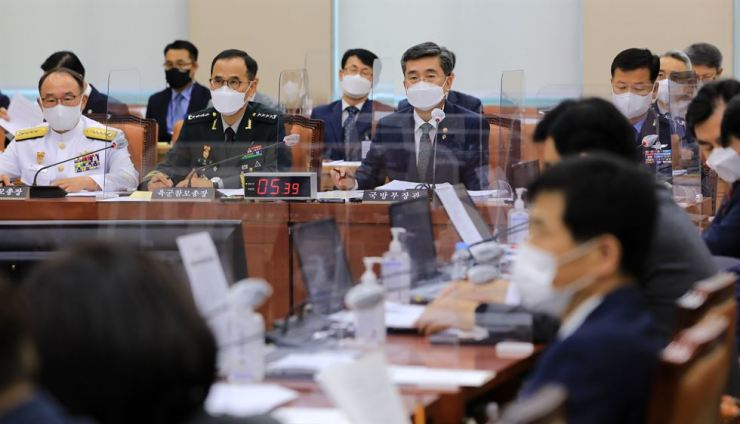 Defense Minister Suh wok, facing front row, third from left, attends a session of the National Assembly's Defense Committee at the Assembly on Yeouido, Seoul, Wednesday. Yonhap