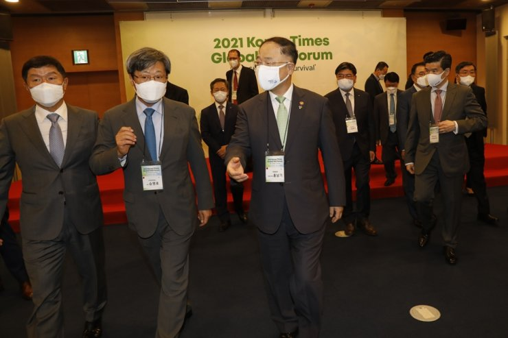 Korea Times Chairman Seung Myung-ho, second from left, talks with Deputy Prime Minister and Finance Minister Hong Nam-ki, third from left, and The Korea Times President Oh Young-jin during a VIP session at the 2021 Korea Times Global ESG Forum. Korea Times photo by Shim Hyun-chul