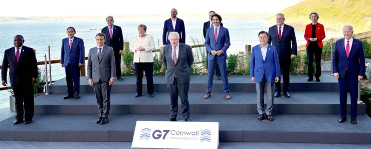 President Moon Jae-in, front row second from right, poses with leaders participating in the G7 Summit, including British Prime Minister Boris Johnson, front row center, and U.S. President Joe Biden, front row right, at the Carbis Bay Hotel in Cornwall, U.K., Saturday (local time). Yonhap