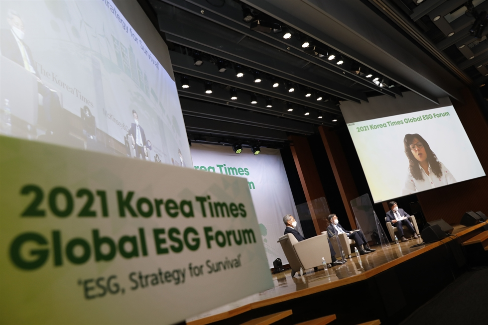 Korea Times Chairman Seung Myung-ho, fourth from left in front row, and Deputy Prime Minister and Finance Minister Hong Nam-ki, fifth from left, pose during a VIP session prior to the 2021 Korea Times Global ESG Forum at the Korea Chamber of Commerce and Industry (KCCI) building in Seoul, Thursday. From left in the front row are McKinsey & Company Senior Partner Richard Lee, Chief Administrative Officer and Dean of Faculty of the University of Utah Asia Campus Gregory Hill, P&G Korea CEO Balaka Niyazee, Seung, Hong, AMCHAM Korea Chairman James Kim, Korea International Finance Institute CEO Kim Sang-kyung and Japanese Ambassador to South Korea Aiboshi Koichi. From left on the second row are Korea Times President-Publisher Oh Young-jin, Hana Bank CEO Park Sung-ho, Woori Bank CEO Kwon Kwang-seok, National Pension Service Chairman Kim Yong-jin, Shinhan Financial Group Chairman Cho Yong-byoung, Institute for Global Economics Chairman Jun Kwang-woo and KB Financial Group Chairman Yoon Jong-kyoo. From left on the third row are Kelly Service Managing Director Jeon You-me, Korea Exchange Chairman Sohn Byung-doo, Mirae Asset Global Investments President Seo Yoo-seok, IKEA Korea CEO Fredrik Johansson, Hankook Ilbo CEO Lee Young-sung, LG Corp. President Lee Bang-soo, Korea Investment Corp. Chairman Jin Seoung-ho, Morgan Philips Group Managing Director Christina Ahn and Korea Times editorial writer Shim Jae-yun. Korea Times photo by Shim Hyun-chul