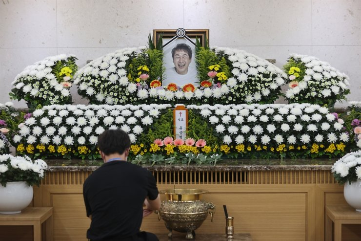 A visitor offers his condolence at the funeral of former World Cup football star Yoo Sang-chul at Asan Medical Center in Seoul, June 8. Yonhap