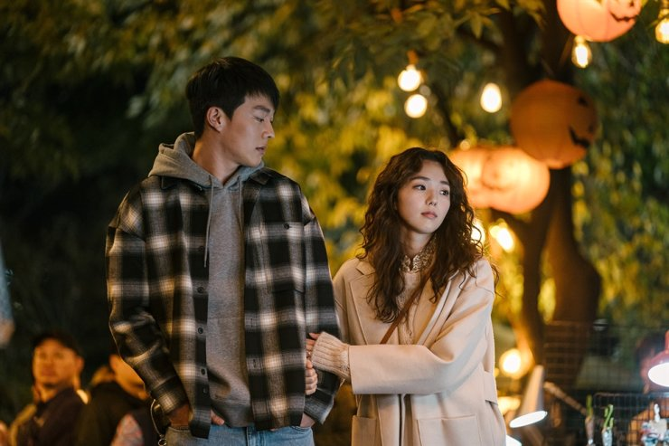 Actors Jang Ki-yong, left, and Chae Soo-bin, in a scene from 'Sweet & Sour' / Courtesy of Netflix
