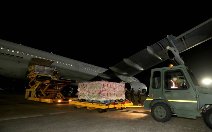 Work to unload Johnson Johnson's Janssen COVID-19 vaccine from a cargo plane is underway at Seoul Airport, June 5. Yonhap
