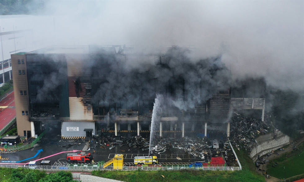 Smoke billows from a fire at a logistics center of e-commerce giant Coupang in Icheon, Gyeonggi Province, June 18. Yonhap