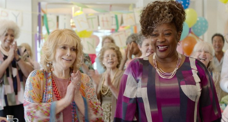 This image released by Gravitas Ventures shows Ann-Margret, left, and Loretta Devine in a scene from 'Queen Bees.' AP-Yonhap