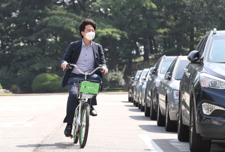 Lee Jun-seok, the new leader of the main opposition People Power Party, rides a Ttareungyi, Seoul's bike sharing system, to the National Assembly, Sunday. Yonhap