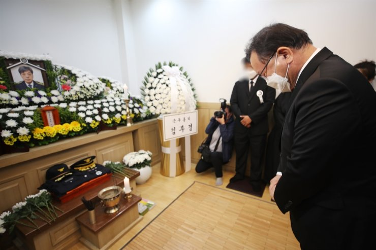 Prime Minister Kim Boo-kyum pays his respects to firefighter Kim Dong-shik who sacrificed his life while responding to a fire at a Coupang warehouse, at a funeral hall in Hanam, Gyeonggi Province, Saturday. Yonhap