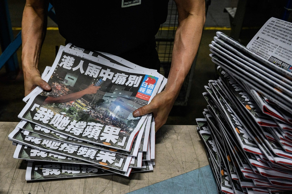 People queue to buy copies of the final edition of Apple Daily, published by Next Digital, Hong Kong, June 24. Reuters-Yonhap