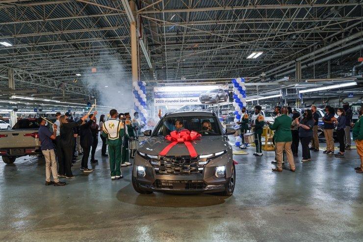 Hyundai Motor employees celebrate the start of production of the Santa Cruz pickup truck at the company's U.S plant in Alabama, June 22. / Courtesy of Hyundai Motor Group
