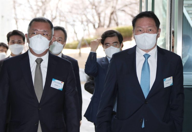 Hyundai Motor Group Chairman Chung Euisun, left, and SK Group Chairman Chey Tae-won attend a hydrogen economy committee meeting in this 2021 March file photo. Yonhap