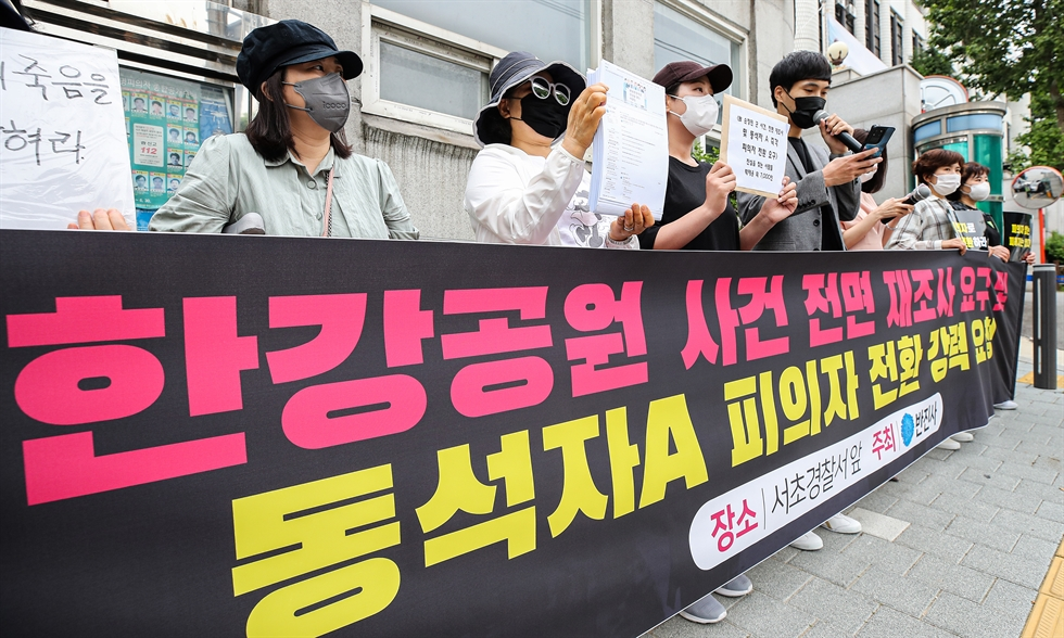 Lawyers from One and Partners speak to reporters before entering Seocho Police Station in Seoul, June 1. The law firm is representing a friend of Son Jeong-min, a medical college student who was found dead in the Han River on April 30. Yonhap
