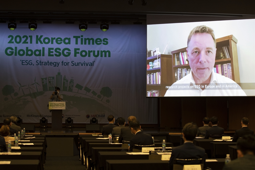 Korea Times Chairman Seung Myung-ho delivers a welcome speech at the 2021 Korea Times Global ESG Forum held at the Korea Chamber of Commerce and Industries (KCCI) building in Seoul, Thursday. Korea Times photo by Shim Hyun-chul