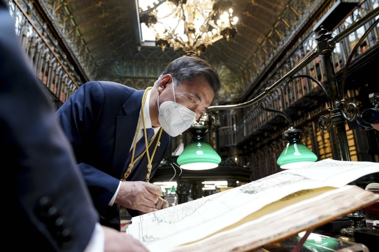 President Moon Jae-in looks at a map of the 'Kingdom of Korea' made in 1737 by a French cartographer, which included Dokdo as territory of Korea, at the senate library in Madrid, Wednesday (local time), during his three-day state visit to the country. Yonhap