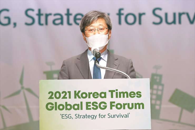 Korea Times Chairman Seung Myung-ho delivers a welcome speech during the 2021 Korea Times Global ESG Forum. Korea Times photo by Shim Hyun-chul