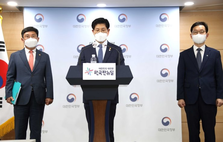Land Minister Noh Hyeong-ouk speaks during a press briefing at the Seoul Government Complex, Monday. Yonhap