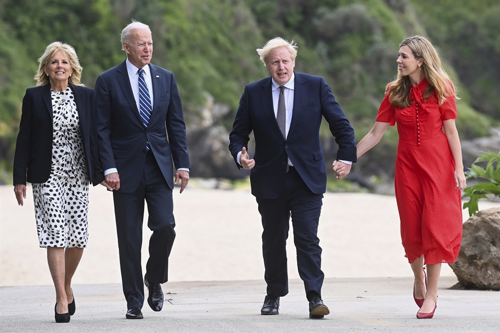 U.S. President Joe Biden delivers a speech on the COVID-19 pandemic, as Pfizer CEO Albert Bourla stands alongside him, in St Ives, Cornwall on June 10 ahead of the three-day G7 summit. AFP-Yonhap