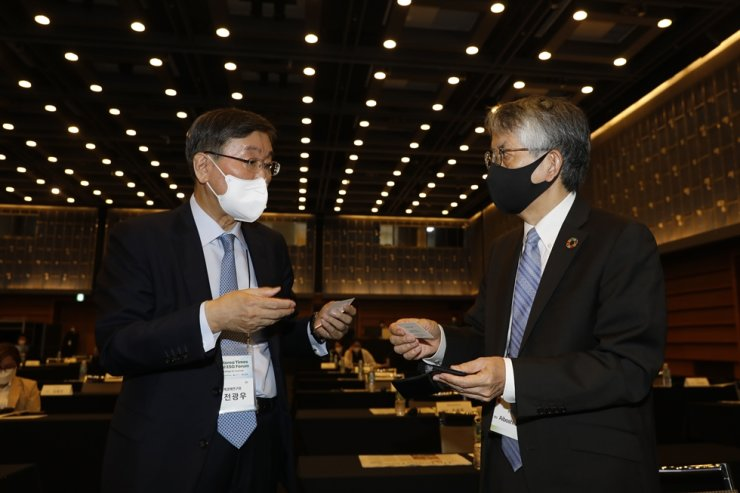 Institute for Global Economics Chairman Jun Kwang-woo, left, exchanges business cards with Japanese Ambassador to South Korea Koichi Aiboshi during a break at the forum. Korea Times photo by Shim Hyun-chul