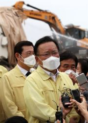 Prime Minister Kim Boo-kyum speaks to reporters during his visit to the site of the collapsed building in Gwangju, Thursday. Yonhap