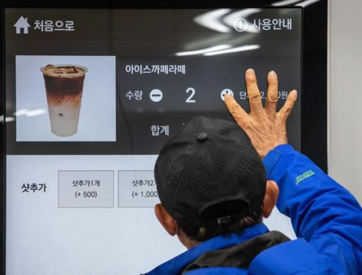 A man practices using a digital kiosk during an education program on the use of digital devices for elderly people at a senior center in Eunpyeong District, Seoul, in this March 22 photo. Korea Times photo by Park Seo-kang