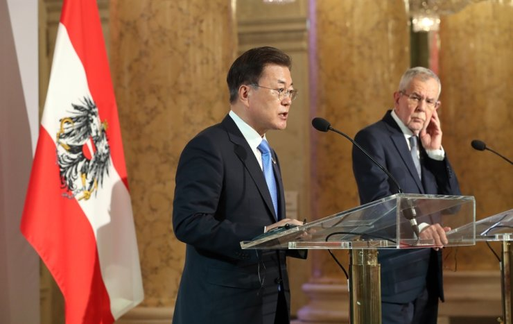 President Moon Jae-in speaks as his Austrian counterpart Alexander Van der Bellen listens on during a press conference at the Hofburg, Vienna, the latter's official residence, Monday (local time). Yonhap