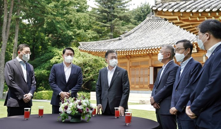 President Moon Jae-in, third from left, taks with leaders of four conglomerate at Cheong Wa Dae, Wednesday. The leaders are, from left, LG Group Chairman Koo Kwang-mo, SK Group Chairman Chey Tae-won, Samsung Electronics Vice Chiarman Kim Ki-nam and Hyundai Motor Group Chairman Chung Euisun. Yonhap