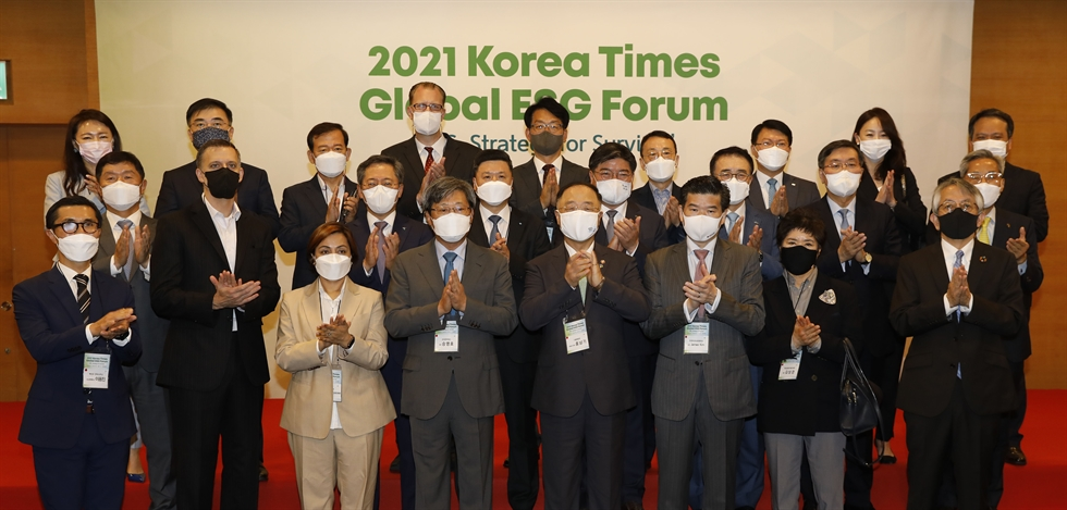 Seen are the silhouettes of participants in the 2021 Korea Times Global ESG Forum held in the Grand Hall of the Korea Chamber of Commerce and Industry (KCCI) located in central Seoul, Thursday. Korea Times photo by Shim Hyun-chul