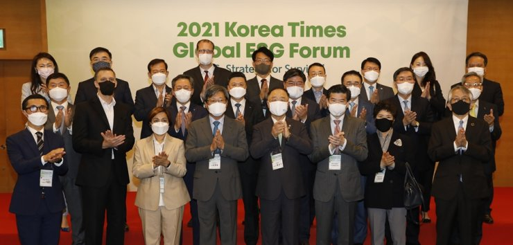 Korea Times Chairman Seung Myung-ho, front row fourth from left, and Deputy Prime Minister and Finance Minister Hong Nam-ki, fifth from left, pose during a VIP session prior to the 2021 Korea Times Global ESG Forum at the Korea Chamber of Commerce and Industry (KCCI) building in Seoul, Thursday. From left in the front row are McKinsey & Company Senior Partner Richard Lee, University of Utah Asia Campus Chief Administrative Officer and Dean of Faculty Gregory Hill, P&G Korea CEO Balaka Niyazee, Seung, Hong, AMCHAM Korea Chairman James Kim, Korea International Finance Institute CEO Kim Sang-kyung and Japanese Ambassador to South Korea Koichi Aiboshi. From left in the second row are Korea Times President Oh Young-jin, Hana Bank CEO Park Sung-ho, Woori Bank CEO Kwon Kwang-seok, National Pension Service Chairman Kim Yong-jin, Shinhan Financial Group Chairman Cho Yong-byoung, Institute for Global Economics Chairman Jun Kwang-woo and KB Financial Group Chairman Yoon Jong-kyoo. From left in the third row are Kelly Services Korea Managing Director Jeon You-me, Korea Exchange Chairman Sohn Byung-doo, Mirae Asset Global Investments President Seo Yoo-seok, IKEA Korea CEO Fredrik Johansson, Hankook Ilbo CEO Lee Young-sung, LG Corp. President Lee Bang-soo, Korea Investment Corp. Chairman Jin Seoung-ho, Morgan Philips Group Managing Director Christina Ahn and Korea Times editorial writer Shim Jae-yun. Korea Times photo by Shim Hyun-chul