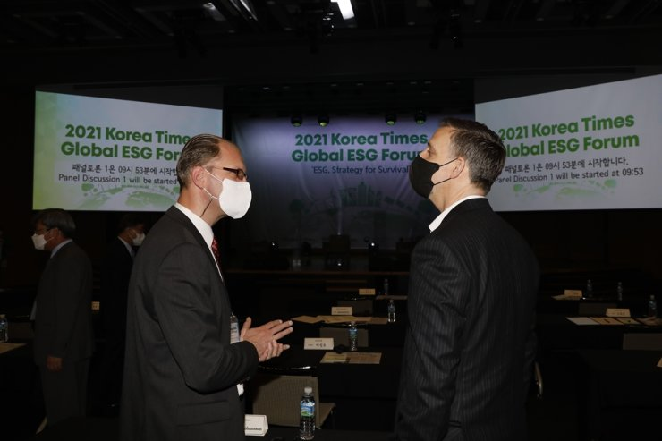IKEA Korea CEO Fredrik Johansson, left, talks with Chief Administrative Officer and Dean of Faculty of the University of Utah Asia Campus Gregory Hill during a break at the 2021 Korea Times Global ESG Forum. Korea Times photo by Shim Hyun-chul