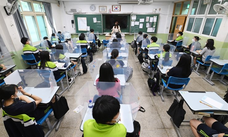 Students attend an in-person class at a middle school in Yangcheon District, Seoul, June 14. Yonhap