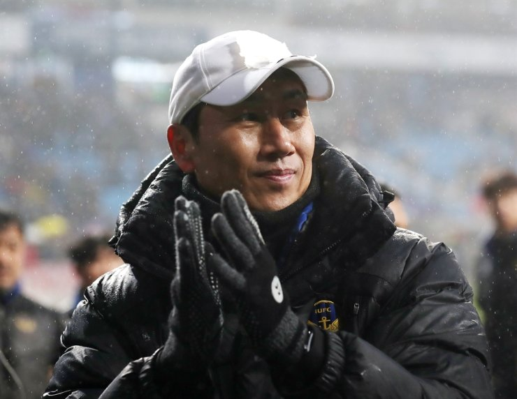 Yoo Sang-chul encourages Incheon United team players after their winning a match back in November, 2019 in this file photo. Yonhap