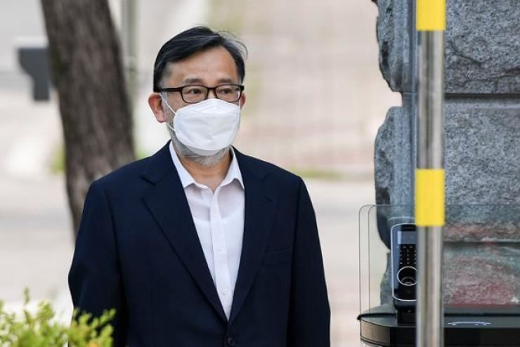 Former Vice Justice Minister Kim Hak-ui walks out of the Seoul Detention Center in Uiwang, Gyeonggi Province, Thursday, after the Supreme Court sent his bribery case back to a lower court for a retrial. Korea Times photo by Lee Han-ho