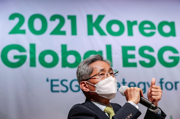 KB Financial Group Chairman Yoon Jong-kyoo speaks during a panel discussion of the 2021 Korea Times Global ESG Forum at the KCCI building in Seoul, Thursday. Korea Times photo by Shim Hyun-chul