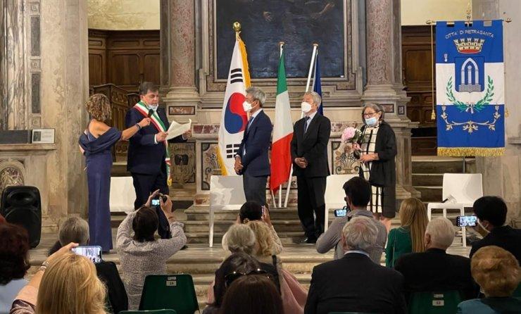Sculptor Park Eun-sun, center, receives an honorary citizenship from Alberto Stefano Giovannetti, the mayor of Pietrasanta, a town in Tuscany, Italy, Saturday local time. Courtesy of Park Eun-sun